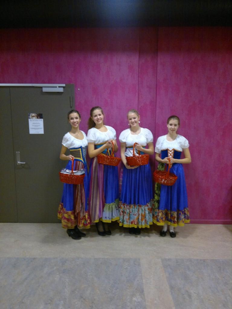 Balettjenten på vei inn til forestilling i Teatersalen i Brumunddal