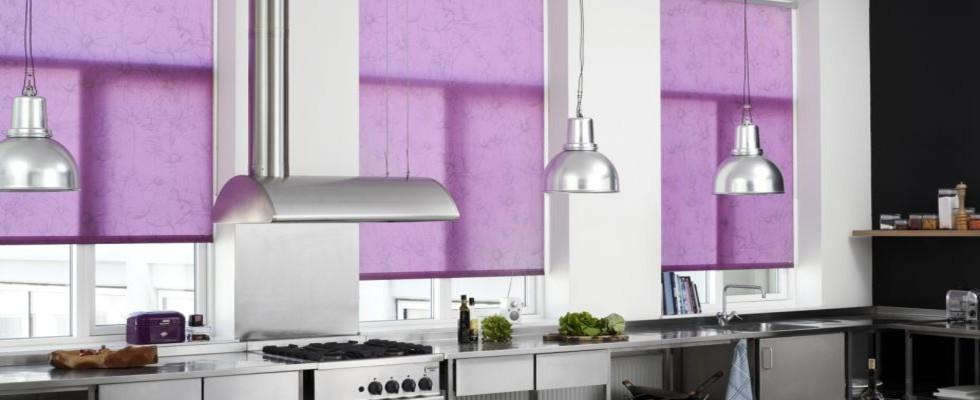 WEBA RULLEGARDINER - Farger spriter opp nøytrale interiør, hva synes du om lilla rullegardiner over kjøkkenbenken?