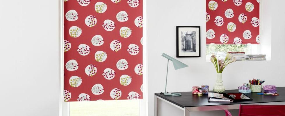 Weba rullegardiner med dekorativt mønster.