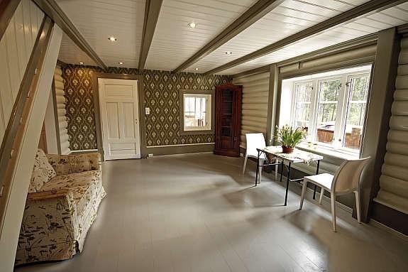 I stuen på hytta ble vegger malt og en vegg fikk Norsk Arv tapet.