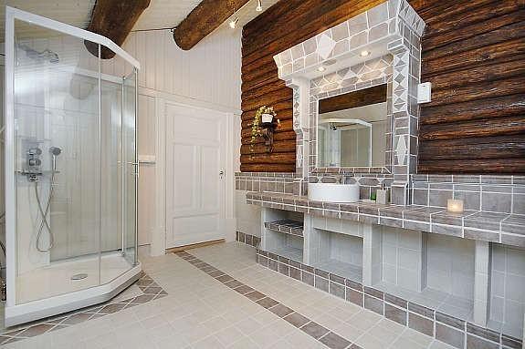 Moderne bad med tømmervegg.