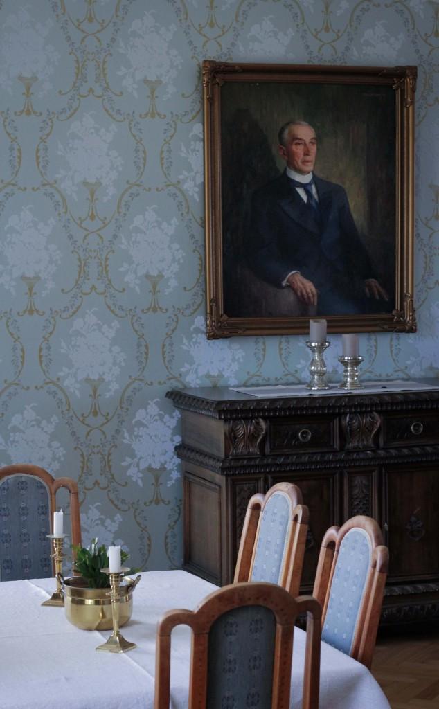 Gamle historiske bilder og møbler fikk et løft med denne tapeten på veggene. Foto: Monica Brenne.