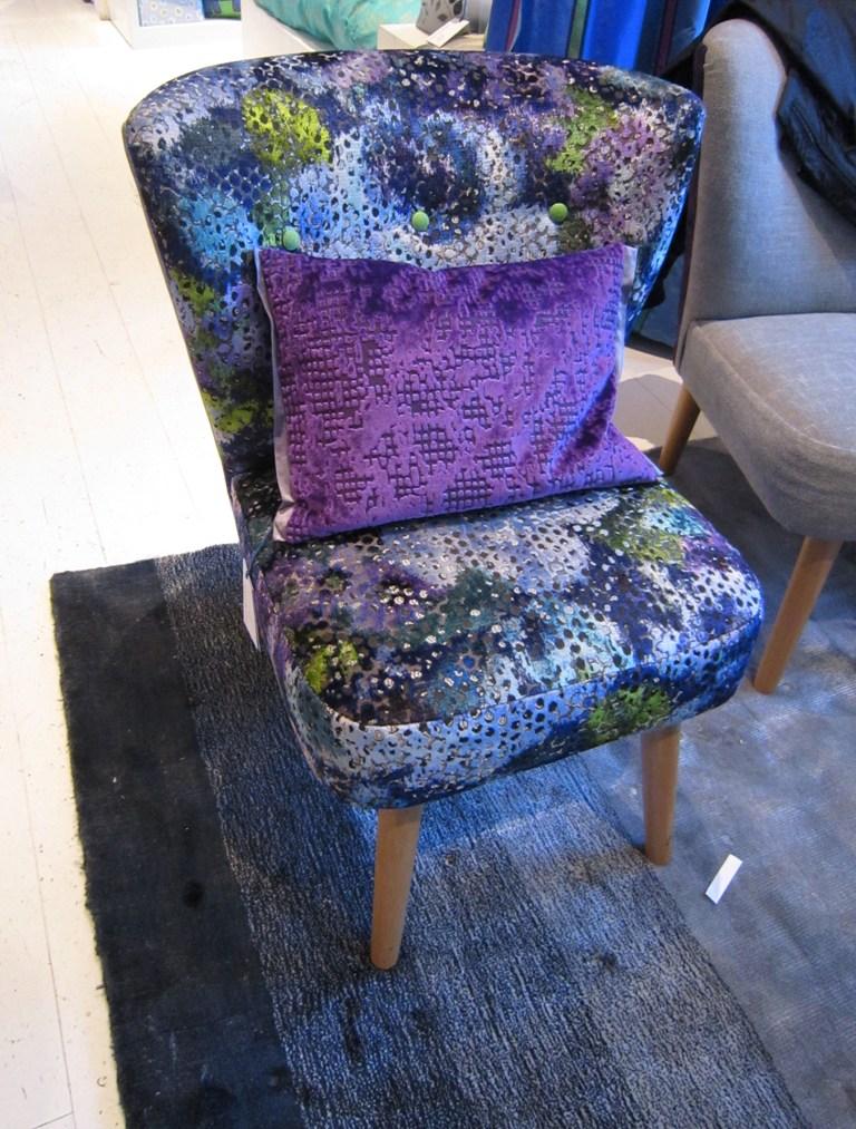 Julep stol er liten og fin som suppleringsstol. Den kan enkelt flyttes rundt. Dette stoffet er nytt og veldig dekorativt.