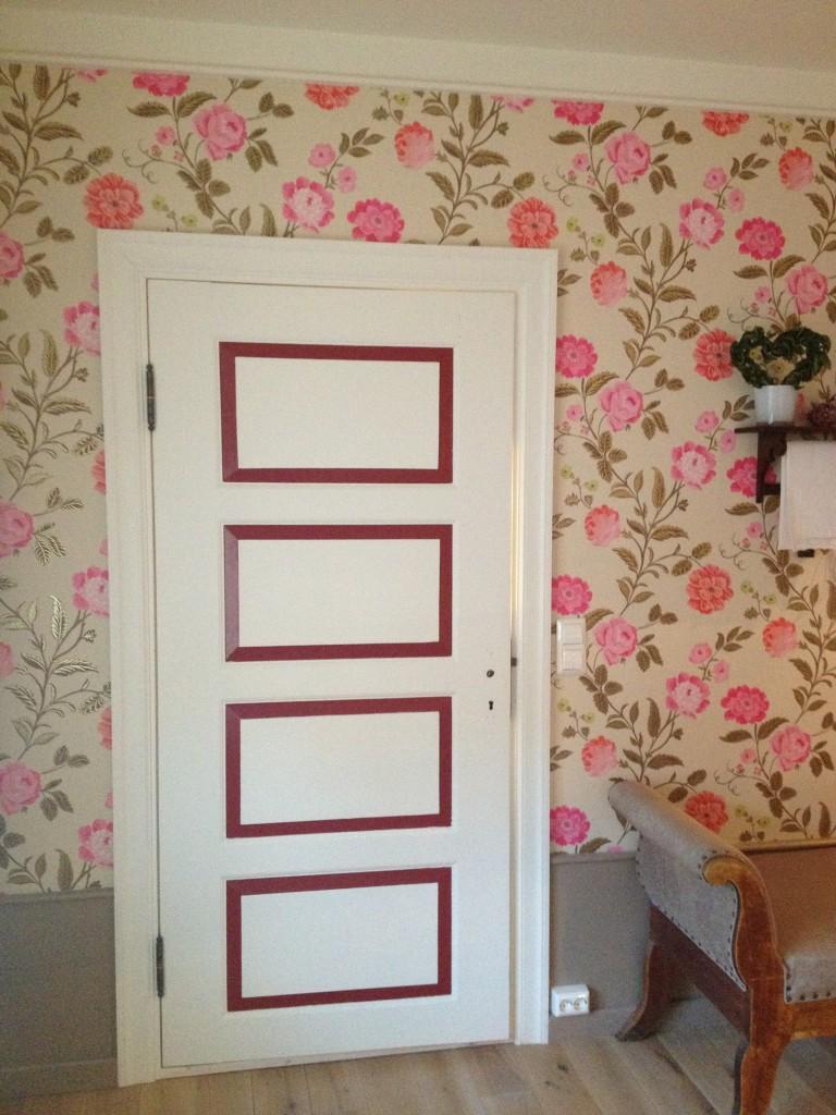 De gamle dørene ble malt og fargene jeg har tatt ut er i detaljene på tapeten.