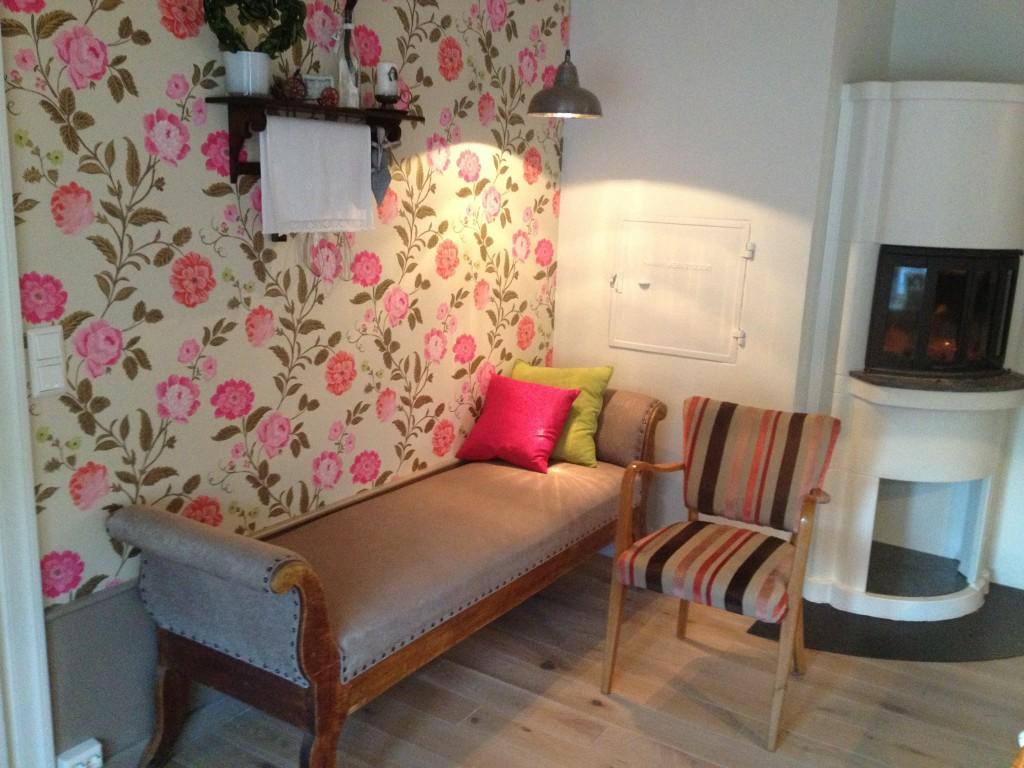 En gammel sjeselong har blitt som ny med omstopping og nytt stoff. Stolen er trukket i stoff fra Designers Guild