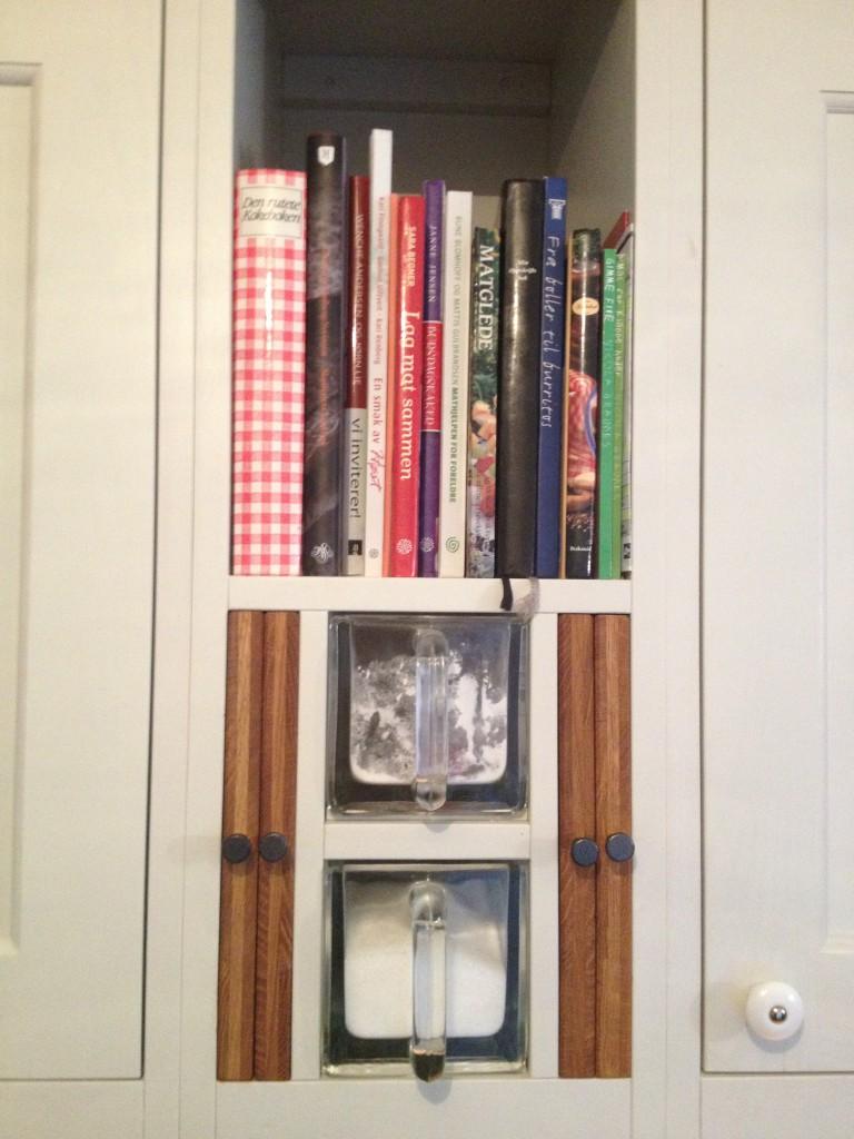 I kjøkkenet er hylle til bøker og andre nisjer tilpasset.