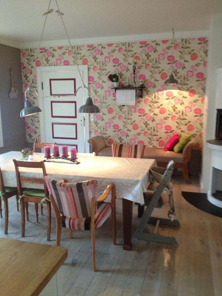 En god mix av gamle stoler skaper et personlig intimt spisebord.