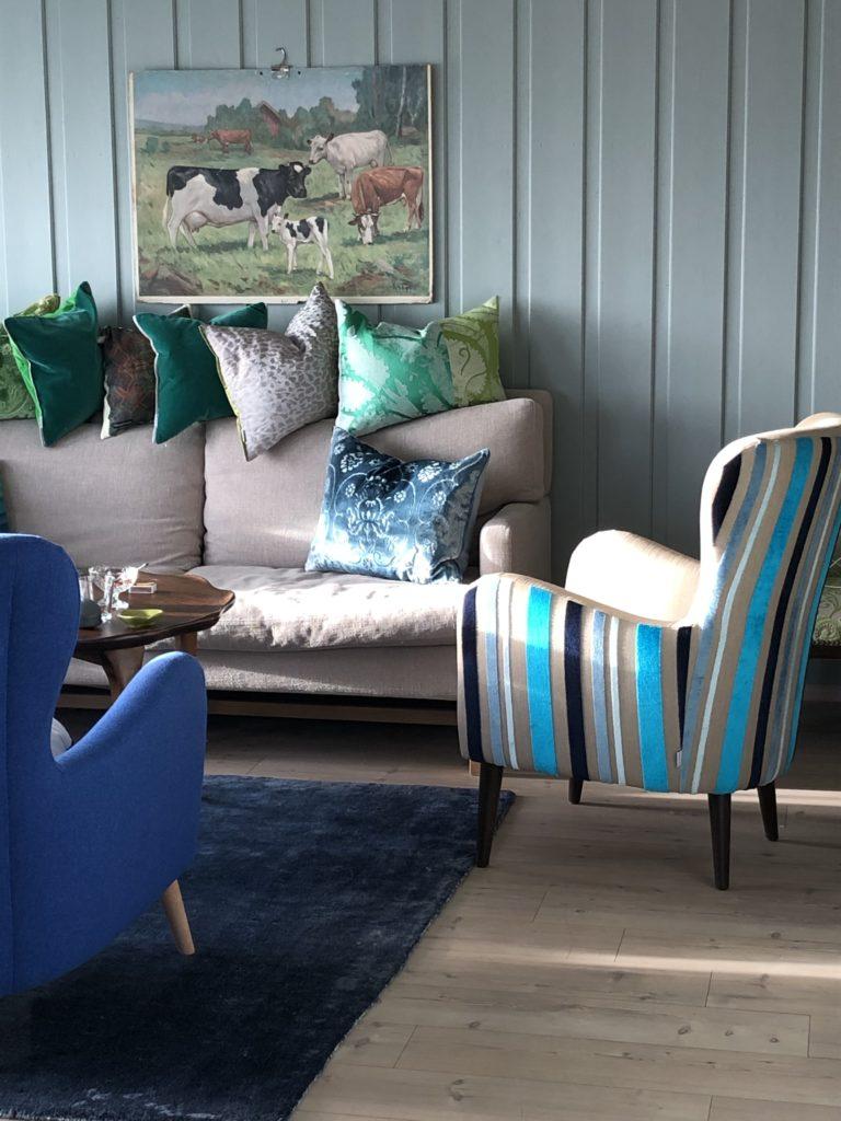 Tekstiler i ulike farger gir rommet personlighet.